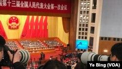 2018年3月11日下午,中国人大近三千代表投票表决备受关注和网民质疑的修宪案。投票结果毫无悬念,但仍受到国际媒体聚焦。(美国之音叶兵拍摄)