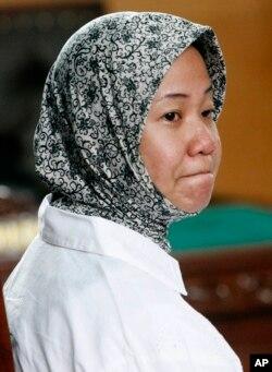 Prita Mulyasari, mantan pasien yang dituntut oleh RS Omni International karena dianggap mencemarkan nama baik RS tersebut di pengadilan di Tangerang, Banten, 29 Desember 2009.