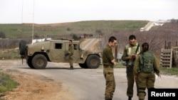 Tentara Israel memblokir jalan dekat Israel dengan perbatasan Suriah dekat Dataran Golan yang dikuasai Israel, 10 Februari 2018.