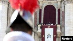 """Le pape François prononçant son message """"Urbi et Orbi"""" (à la ville et au monde) à la place St. Pierre au Vatican, 25 décembre 2015."""