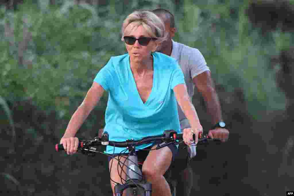 دوچرخه سواری بریجیت ماکرون، همسر رئیس جمهوری فرانسه در جنوب غربی فرانسه. امانوئل ماکرون به همراه همسرش تعطیلات تابستان خود را در آن منطقه سپری می کنند.