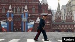 Seorang veteran Perang Dunia II Rusia melintasi Lapangan Merah di Moskow dalam Perayaan Kemerdekaan Rusia (9/5). Pemerintah Rusia menjatuhkan hukuman 12 tahun penjara atas Vladimir Lazar, seorang kolonel pensiunan karena keterlibatannya sebagai mata-mata