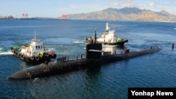 미한 군 당국이 6일부터 서해에서 미국 핵추진 잠수함이 참가하는 대잠수함 훈련에 돌입했다. 사진은 이번 훈련에 참가하는 미국의 LA급 핵추진 잠수함 브리머톤이 지난해 12월 리픽 수비크 미 해군기지에 계류 중 인 모습.