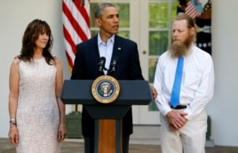 President Barack Obama stands with Bob Bergdahl (R) and Jami Bergdahl (L) as he delivers a statement about the release of their son, prisoner of war U.S. Army Sergeant Bowe Bergdahl, in the Rose Garden at the White House in Washington, May 31, 2014.