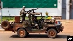 Pasukan Perancis melakukan patroli di di Bangui, Afrika Tengah hari Kamis (5/12), sementara pertempuran berkecamuk di bagian lain ibukota.