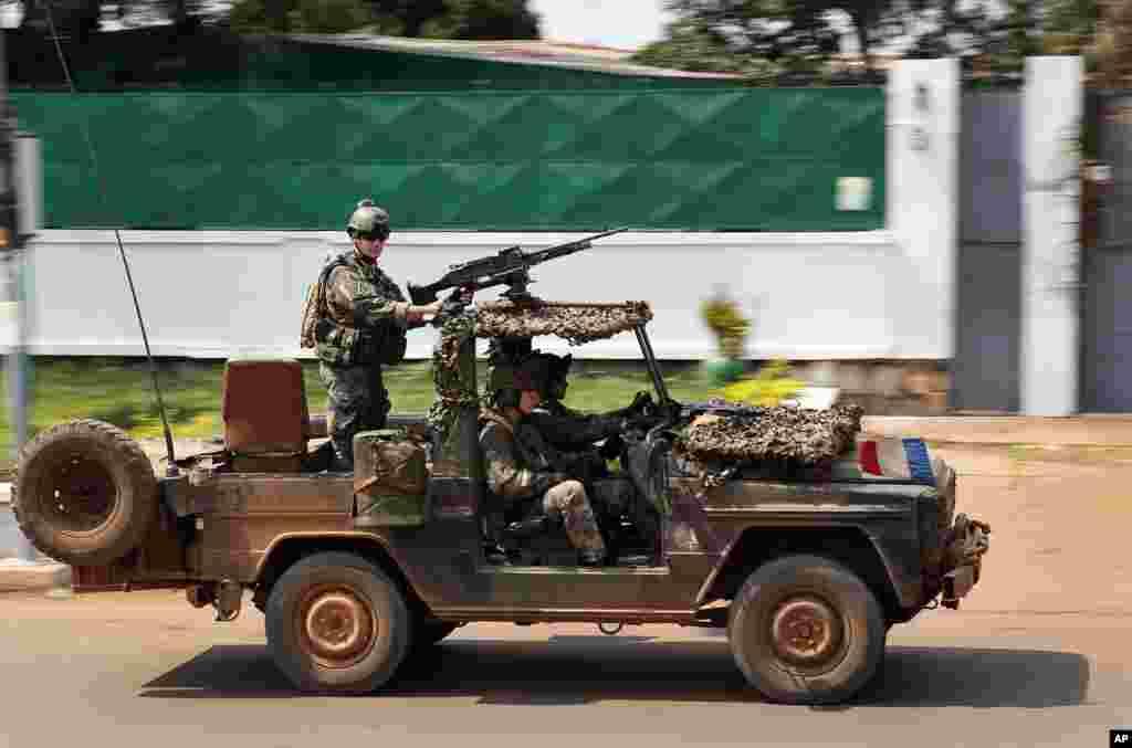 Forças Especiais francesas fazem patrulhamento pelas ruas da capital, 05 de dezembro de 2013