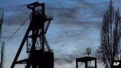 Suasana di sekitar menara tambang Zasyadka di Donetsk, Ukraina, Senin 19 November, 2007. Lambang negara Ukraina (trisula), terlihat di atas menara (sebelah kanan). (Foto: dok). Tujuh pekerja tambang dilaporkan tewas, dan sembilan lainnya terluka dalam ledakan gas di tambang batu bara ini, Senin (17/2).