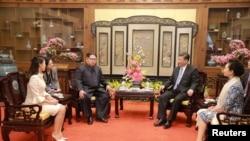 中国国家主席习近平和夫人彭丽媛,朝鲜国务委员会委员长金正恩和夫人李雪主在北京会见(2018年3月28日发布的照片)。