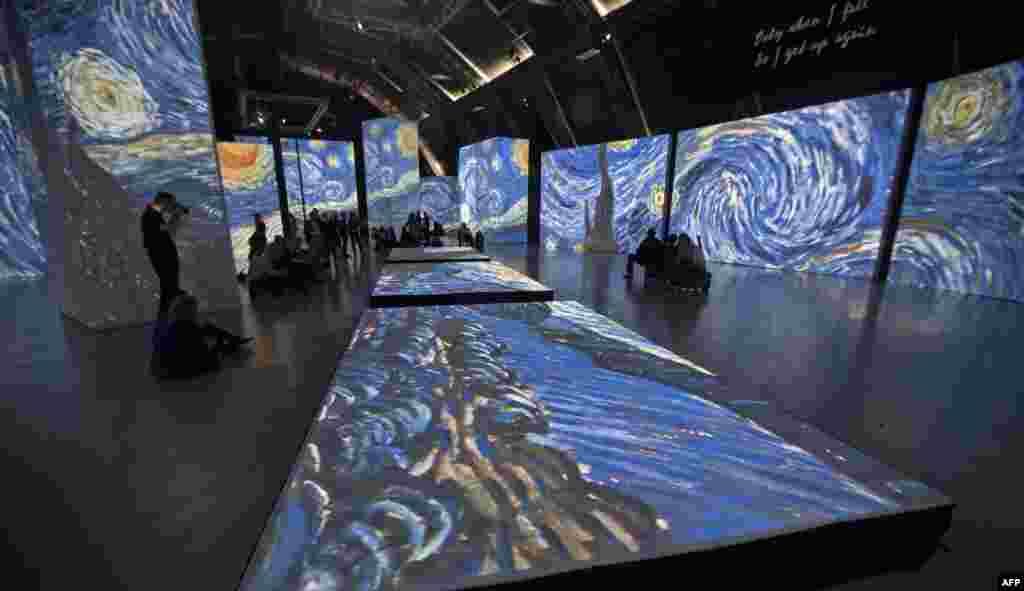 Khách xem các màn hình to bản chiếu các tác phẩm của danh họa người Hà Lan Vincent van Gogh tại Trung tâm Nghị hội và Thương mại ở Tel Aviv, Israel.