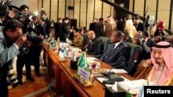 Thái tử Salman bin Abdulaziz Al Saud của Ả Rập Saudi (phải) tại hội nghị thượng đỉnh Hồi giáo 6/2/13