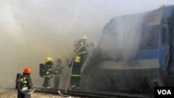 Los bomberos colocan agua para extinguir las llamas en el tren incendido cerca de Kibbutz Shfaim, próximo a la ciudad de Netanya.