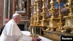 Baba Mtakatifu mpya Francis akiwa Rome, March 14, 2013.