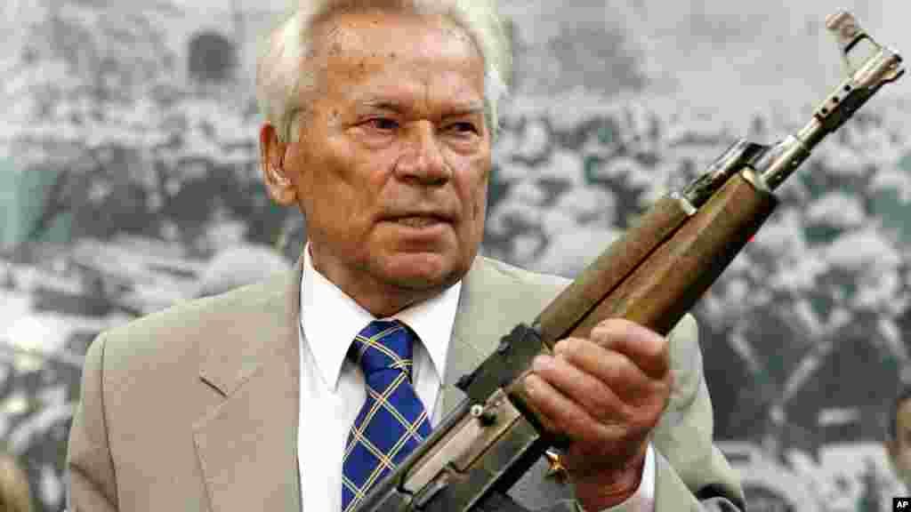 O inventor do fuzil de assalto mais conhecido por Kalashnikov, Mikhail Kalashnikov, morreu a 23 de Dezembro, aos 94 anos. A arma ganhou a aceitação mundial pela forma simples, produção barata, bem como a durabilidade e fácil manutenção.