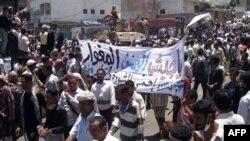 Một xe quân sự bọc thép đứng giữa những người biểu tình ở Taiz, cách thủ đô Yemen khoảng 200 km, 6/4/2011