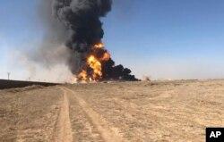 Dalam gambar yang diambil dari video ini, asap mengepul dari kapal tanker bermuatan bahan bakar yang terbakar di perbatasan Islam Qala dengan Iran, di Provinsi Herat, sebelah barat Kabul, Afghanistan, Sabtu, 13 Februari 2021.