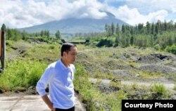 Jokowi dan hamparan bekas tambang yang kawasan Jurangjero, Magelang, Jawa Tengah. (Foto: via Fadjroel Rahman-Jubir)
