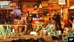 Cảnh sát Philippines kiếm tra xác của các nạn nhân trong vụ nổ tại khu chợ đêm, vốn giết chết 10 người và làm bị thương nhiều người khác tại thành phố miền Nam Davao, Philippines, tối thứ 6 ngày 02 tháng 09 năm 2016.