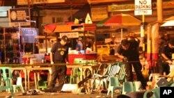 Polisi Filipina memeriksa barang bukti pasca ledakan di sebuah pasar malam hari di Davao, Filipina selatan hari Jumat (2/9).