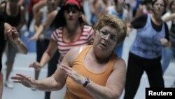 ورزش میں مصروف خواتین