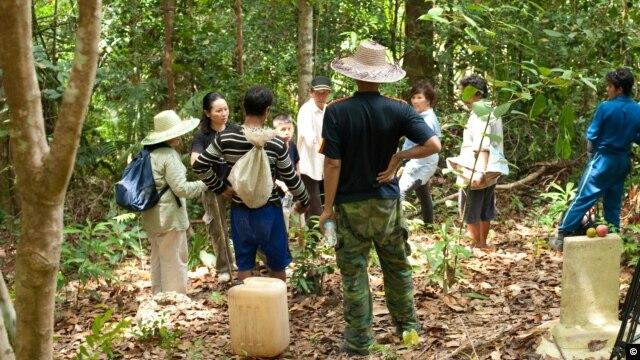 Bà Carina Hoàng đã giúp nhiều gia đình người Việt tị nạn tìm lại được mộ của những người thân yêu trên đảo Kuku của Indonesia