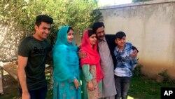 Malala Yousafzai (centro) es vista durante la visita a Mingora, su ciudad natal en Pakistán, el sábado, 31 de marzo, de 2018.