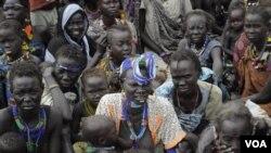 Warga Sudan selatan, sebagian besar perempuan dan anak-anak, harus mengungsi akibat konflik antar suku di negarabagian Jonglei.