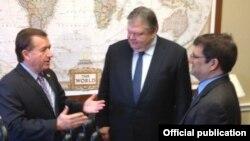 Ο Ε. Βενιζέλος με τον ελληνοαμερικανό Βουλευτή, Κώστα Μπιλιράκη (δεξιά) και τον Πρόεδρο της Επιτροπής Εξωτερικών Υποθέσεων της Βουλής των Αντιπροσώπων, Έντουαρντ Ρόις (αριστερά)