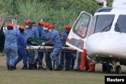 Jenazah yang diyakini sebagai Nora Anne Quorin, remaja berusia 15 tahun yang hilang, tiba setelah dievakuasi dengan helikopter di Seremban, Malaysia, Selasa, 13 Agustus 2019.