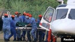 Jenazah yang diyakini sebagai Nora Anne Quorin, remaja berusia 15 tahun yang hilang, tiba setelah dievakuasi dengan helikopter di Seremban, Malaysia, Selasa, 13 Agustus 2019. (Foto: Reuters)