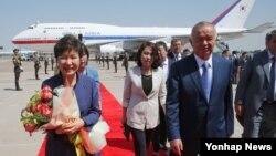 박근혜 한국 대통령이 16일 우즈베키스탄 타슈켄트 공항에 도착, 영접나온 카리모프 대통령과 환담장소로 이동하고 있다.