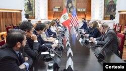 En Perú, la delegación estadounidense fue recibida en el Palacio de Gobierno de Lima por el primer ministro peruano, Pablo Cateriano. [Foto: Cortesía, Twitter Nancy Pelosi].