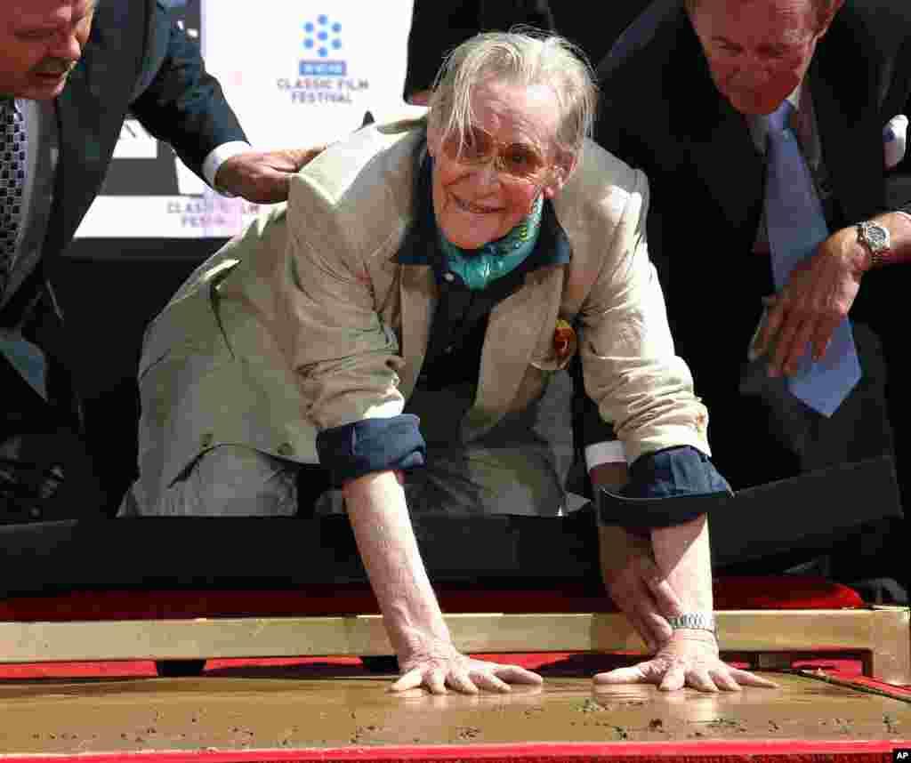 به رسم لس آنجلس، پیتر اوتول نیز مانند صدها سینماگر و هنرمند بین المللی، اثر دست هایش را بر سیمان نقش می بندد. 11 آوریل 2011