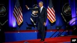 Rais Obama akiwapungia wageni alipowasili ukumbi wa McCormick huko Chicago, kutoa hotuba yake ya mwisho kama rais, Jan. 10, 2017.