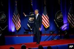 Prezident Obama zalga yig'ilganlar bilan salomlashmoqda, Chikago, 10-yanvar, 2017-yil.