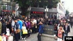 大批中國旅客到沙頭角中英街購物後排隊過關返回深圳,有香港關注組成員擔心中英街會變成「水貨城」