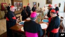 Paus Fransiskus telah memulai pertemuan penting dengan 8 orang Kardinal di Vatikan hari Selasa (1/10).