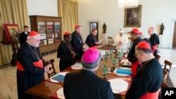 """Paus Fransiskus bertemu dengan para kardinal dari """"Kelompok Delapan"""" di Vatikan (1/10). (AP/L'Osservatore Romano)"""
