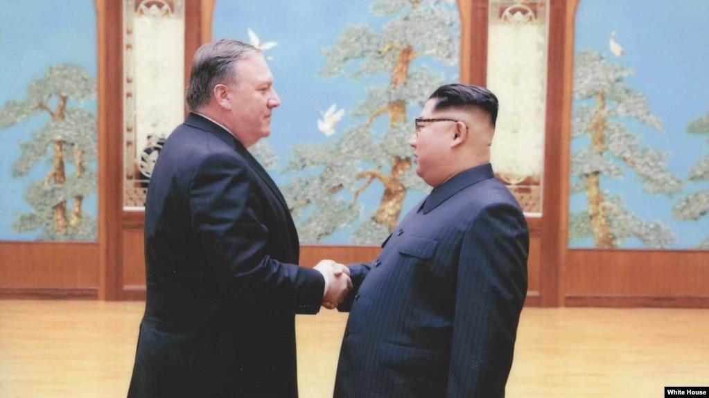 時任中央情報局局長的蓬佩奧(左)秘會朝鮮領導人金正恩(2018年4月白宮提供)