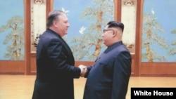 時任中央情報局局長的蓬佩奧(左)秘會北韓領導人金正恩(2018年4月白宮提供)