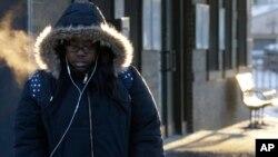 Seorang berjalan di kota Chicago, AS, yang akan dilanda suhu dingin ekstrem dalam dua hari ini Selasa 29/1 (foto: ilustrasi).
