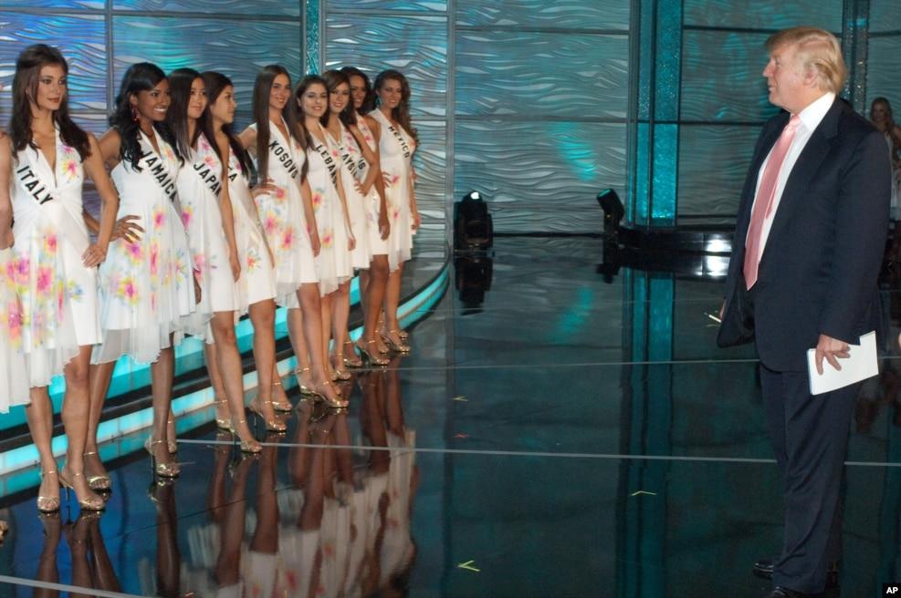"""2009年8月21日,川普会见""""环球小姐""""选美的参赛者。他买下""""环球小姐""""、""""美国小姐""""和""""美国妙龄小姐""""选拔委员会的支援机构与主办权,成为这些选美活动的后台老板。"""