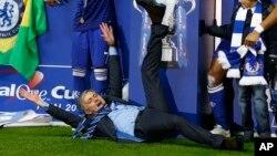 Le coach de Chelsea Jose Mourinho célébrant la victoire de son club en finale de la coupe de la Ligue d'Angleterre, 1er mars 2015.