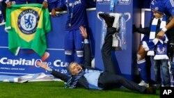 Photo d'archives : L'entraîneur de Chelsea Jose Mourinho célébrant la victoire de son équipe face à Tottenham, au stade de Wembley à Londres, dimanche 1 mars 2015, lors de la finale de la Coupe de la Ligue d'Angleterre.
