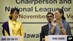 14일 인도 초대 총리 자와할랄 네루의 탄생 기념 강연회 연설 후, 박수를 받는 아웅산 수치 여사(왼쪽).