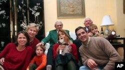 李洁明大使(后排中)两年前和家人共渡圣诞节;前排中为李洁明夫人,右为杰夫里