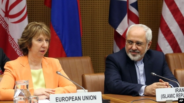 European foreign policy chief Catherine Ashton (L) and Iranian Foreign Minister Mohamad Javad Zarif, wait for the start of closed-door nuclear talks in Vienna, Austria, Mar. 19, 2014.