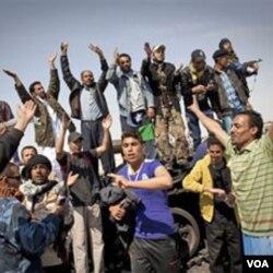 Para pemberontak Libya merayakan kemenangan setelah merebut kontrol atas kota Ajdabiya, Sabtu (26/3).