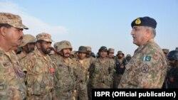 پاکستانی فوج کے سربراہ جنرل قمر جاوید باجوہ ملتان چھاونی میں فوجیوں کے ساتھ۔ فائل فوٹو