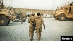 Seorang tentara AS dari Resimen Kavaleri ke-3 berjalan dengan penerjemah Afghanistan di Afganistan, 11 Desember 2014. (Foto: dok)