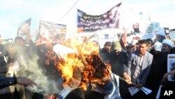 Des partisans de Moqtada Sadr brûlent en effigie le roi Salmane d'Arabie saoudite, Bagdad, Irak, le 4 janvier 2016.